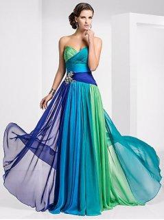 aec540a52f7a Krásné plesové šaty šité přímo na míru jsou vyráběny ze šifonu a ozdobeny  květinou z krystalů.